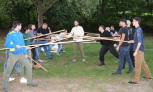 Nikolas Lloyd alias Lindybeige demonstriert den Umgang mit Schild und Speer in der Formation.