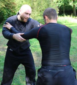 Peter Smallridge demonstriert eine Technik aus dem Ringen nach Fabian von Auerswald.
